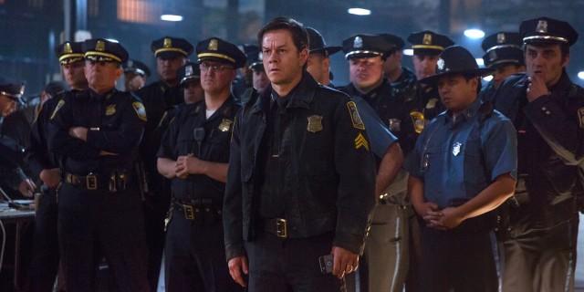 馬克華伯格率警探與FBI聯手在黑鷹倉庫辦案